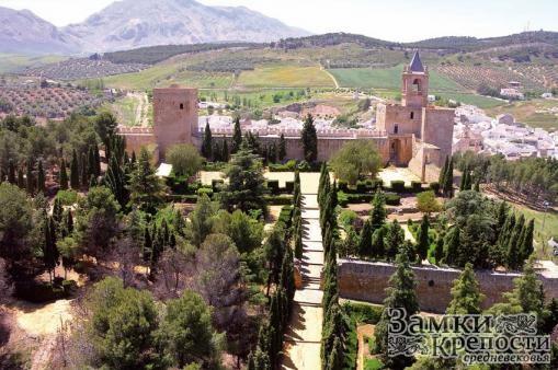 Внутренний двор замка (на заднем плане справа донжон, слева - Белая башня)