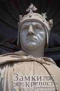 Статуя Карла Анжуйского на фасаде королевского дворца в Неаполе