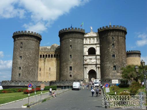 Главный вход в замок через Триумфальную арку
