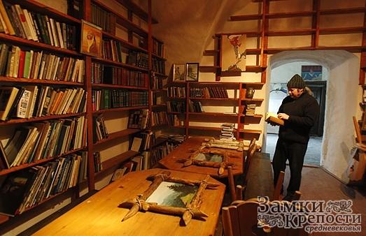 Изба-читальня. В библиотеку замка открыт вход всем желающим. Летом стремящихся почитать в прохладе особенно много