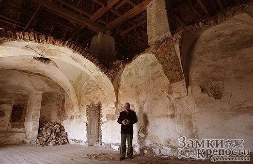 Раньше комнаты замка соединяли тайные ходы. Сейчас шпионские коридоры, как и весь второй этаж, восстанавливаются.