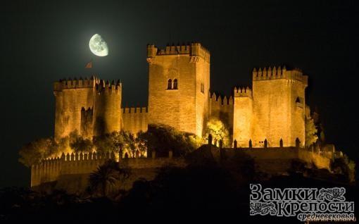 Замок Альмодовар ночью