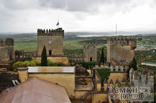 На заднем плане виден донжон замка Альмодовар